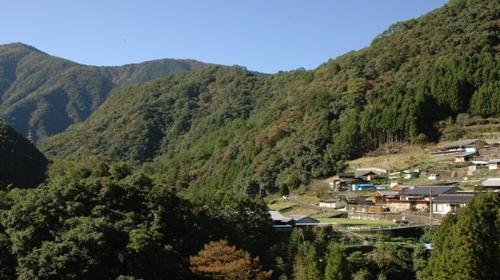 つり橋、温泉、古道、滝、自然が満載の村です!